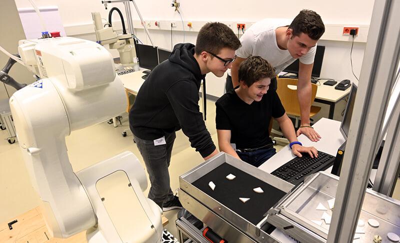 Teilnehmer des Camps bei der Roboterprogrammierung Bildquelle: Jan-Peter Kasper, Friedrich-Schiller-Universität Jena